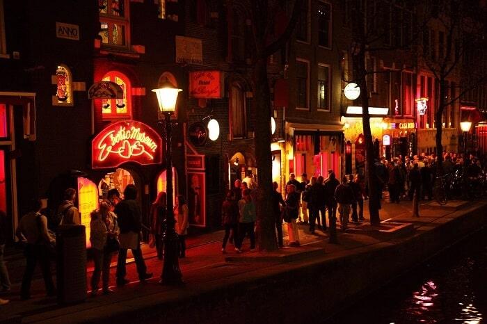 המון מטיילים ברחוב החלונות האדומים באמסטרדם