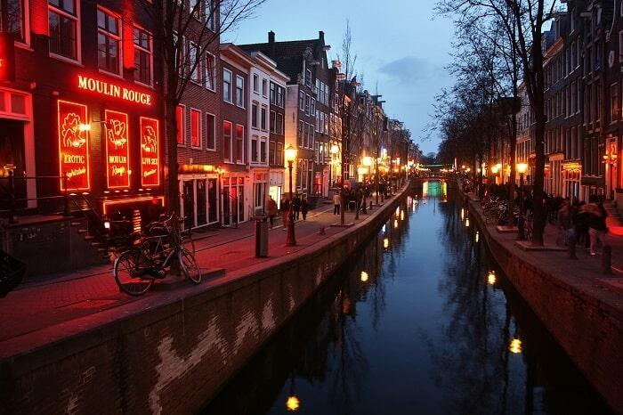 תעלת הנהר בערב ברחוב החלונות האדומים באמסטרדם