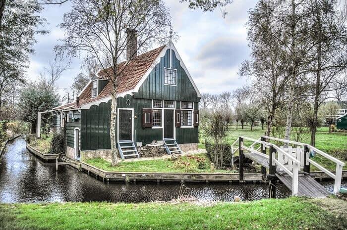 בית למרגלותיו זורם נחל בכפר נופש באמסטרדם